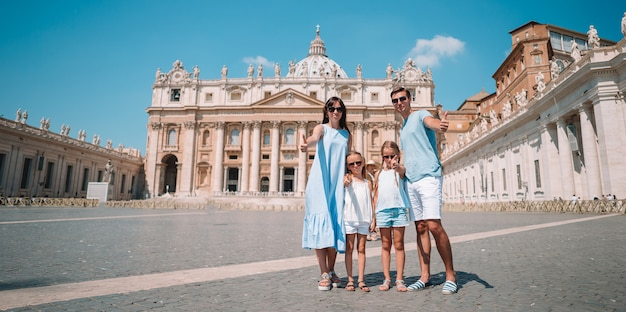 Famiglia felice nella città del vaticano e nella chiesa della basilica di st peter, roma, italia