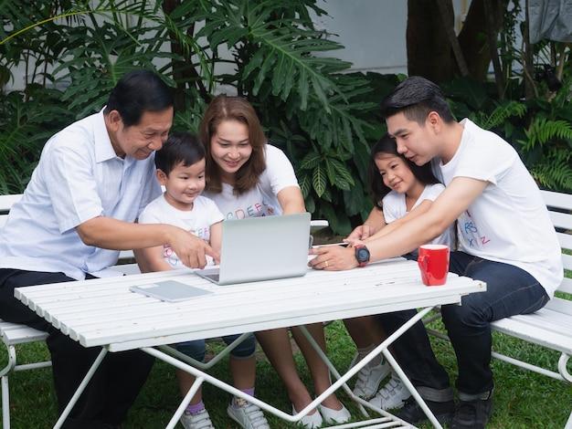 Famiglia felice rilassante in giardino