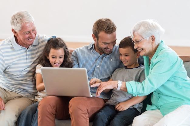 Famiglia felice, seduta sul divano