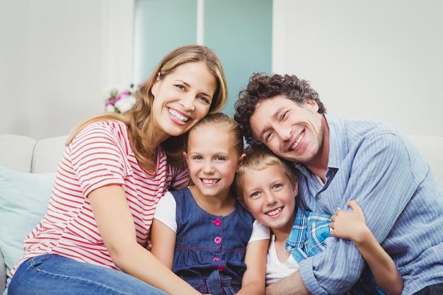 Famiglia felice seduto sul divano di casa