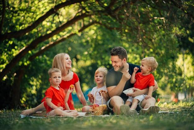 Famiglia felice sparata lunga nel parco
