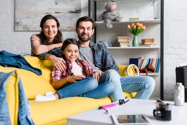 Famiglia felice sul divano vista lunga
