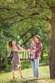 Famiglia felice sulla natura