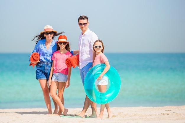Famiglia felice sulla spiaggia durante le vacanze estive