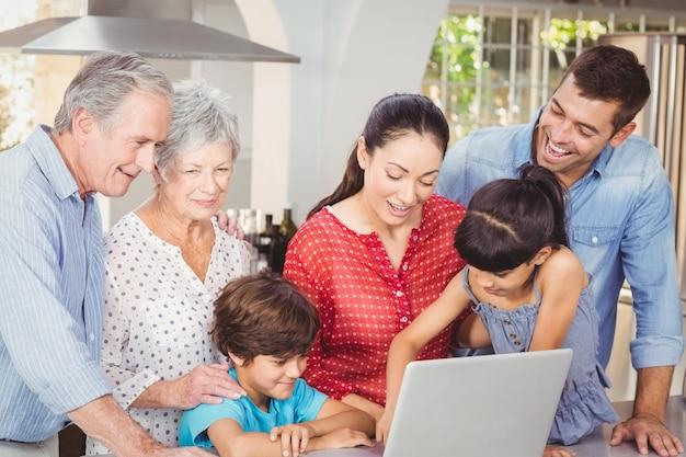 Famiglia felice usando il portatile