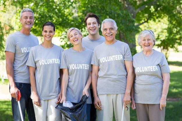 Famiglia felice volontario sorridendo alla telecamera
