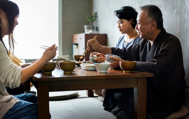 Famiglia giapponese che mangia insieme