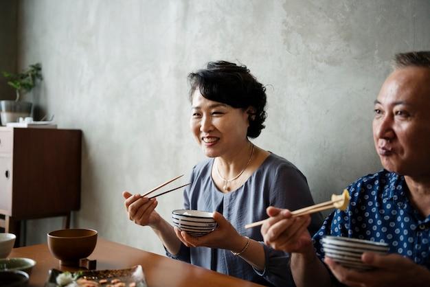 Famiglia giapponese che pranza insieme alla felicità