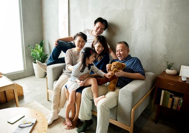 Famiglia giapponese felice
