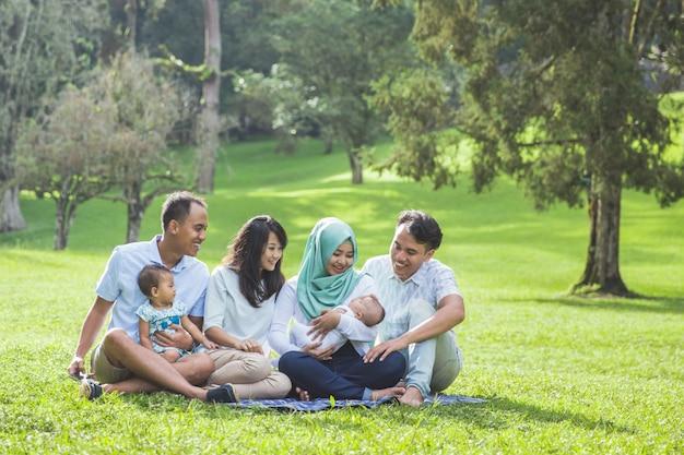 Famiglia giovane due nel parco che gode insieme della molla