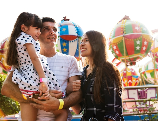 Famiglia godendo una giornata al parco divertimenti