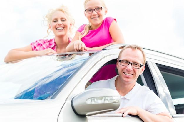 Famiglia guida in auto