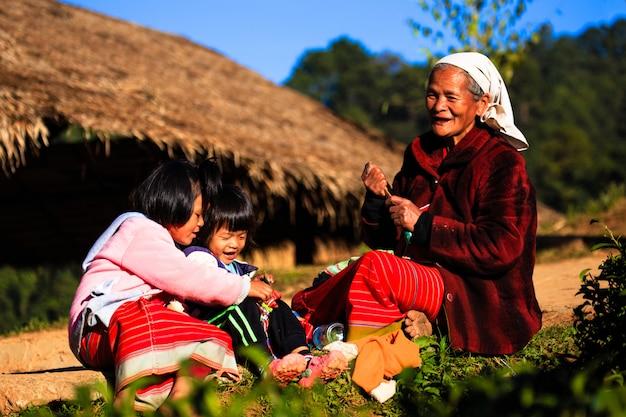 Famiglia hmong in abito tradizionale a. doi inthanon, chiang mai, tailandia