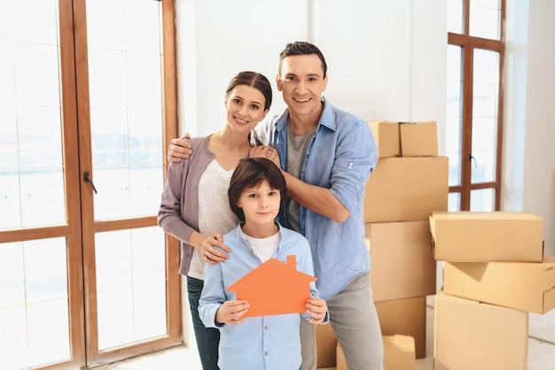 Famiglia in appartamento nuovo con scatole di cartone.