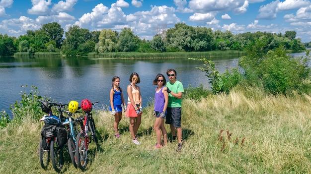 Famiglia in bici all'aperto, genitori attivi e bambini in bicicletta