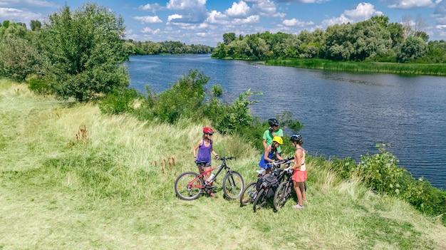 Famiglia in bici in bicicletta all'aperto