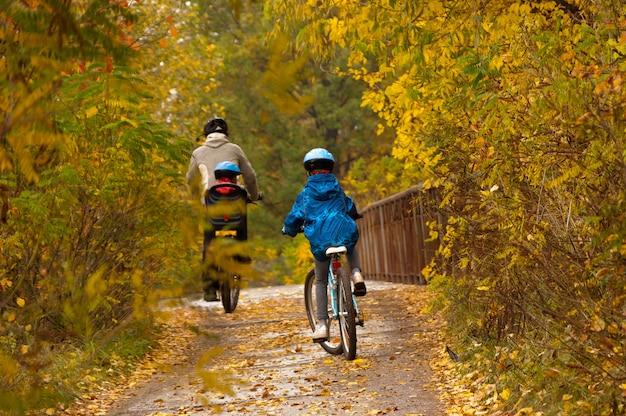 Famiglia in bicicletta all'aperto
