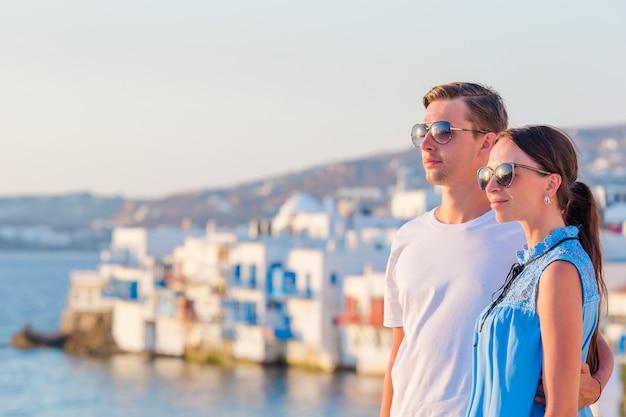 Famiglia in europa. coppie felici nella piccola venezia sull'isola di mykonos, in grecia