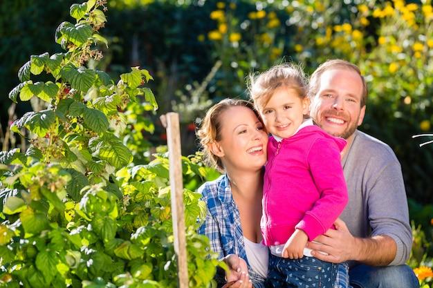 Famiglia in giardino