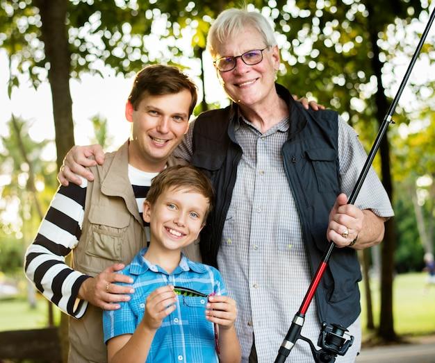 Famiglia in gita di pesca