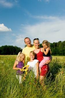 Famiglia in un campo di erba