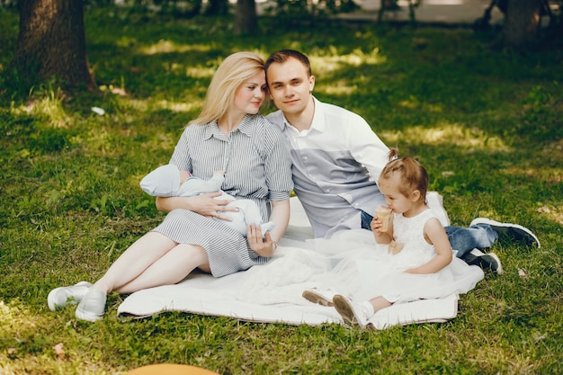 Famiglia in un parco estivo