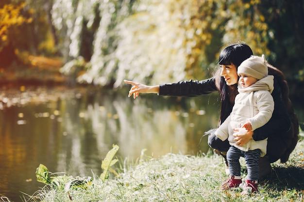 Famiglia in un parco in autunno