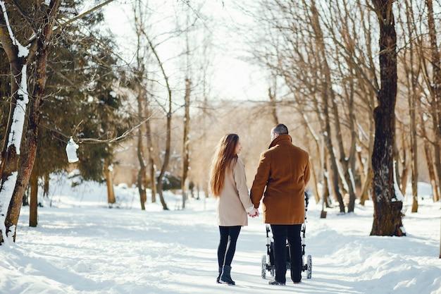 Famiglia in un parco invernale