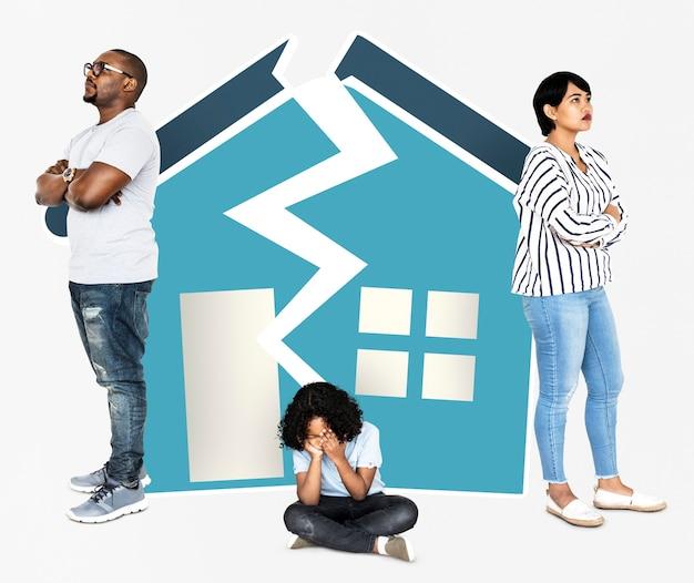 Famiglia in una casa distrutta