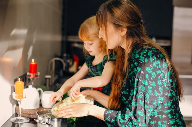 Famiglia in una cucina