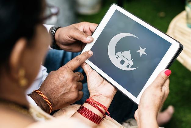Famiglia indiana che apprende l'islam e il ramadan