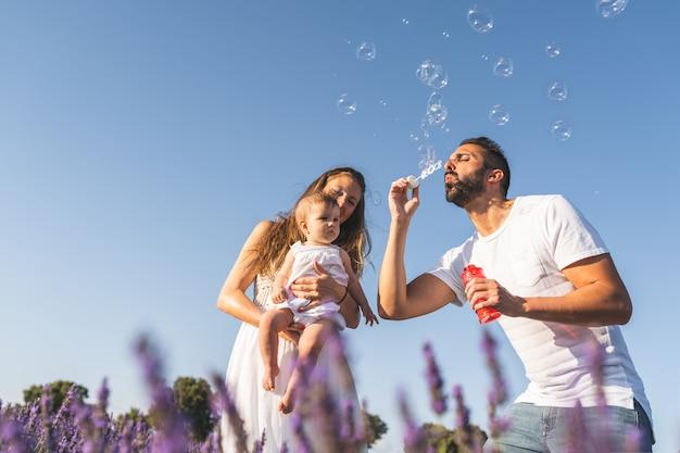 Famiglia ispanica felice divertendosi insieme all'aperto.