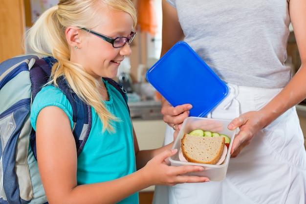 Famiglia, madre preparando la colazione per la scuola