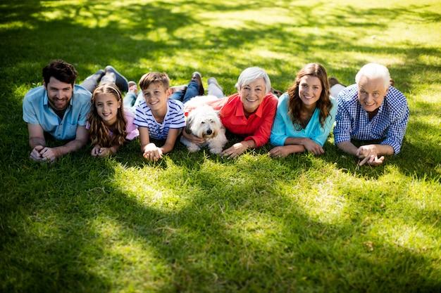 Famiglia mettendo coperta nel parco