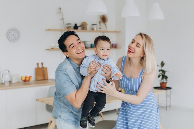 Famiglia multiculturale felice divertirsi insieme in cucina
