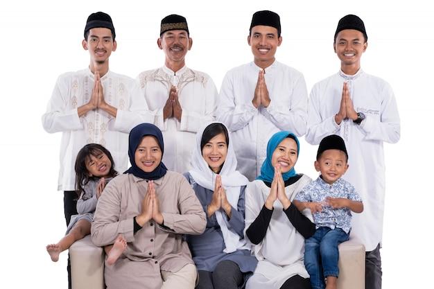 Famiglia musulmana asiatica eid mubarak ramadan kareem