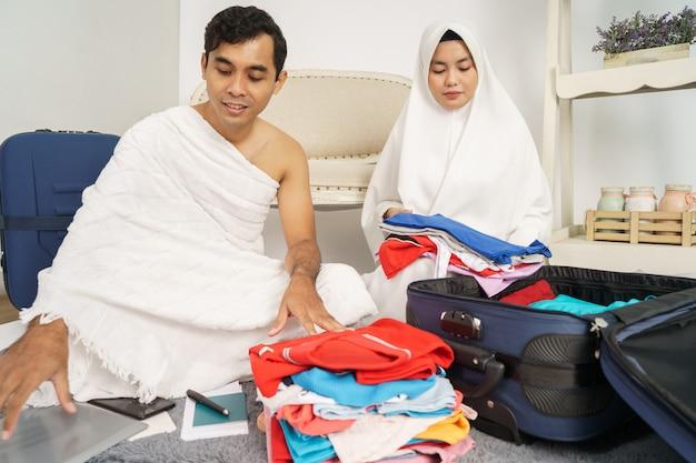 Famiglia musulmana che prepara i bagagli prima di hajj