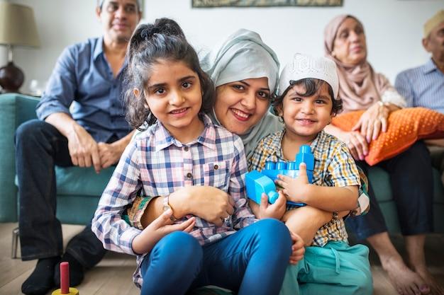 Famiglia musulmana che si rilassa e gioca a casa