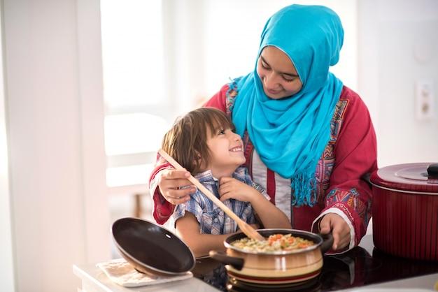 Famiglia musulmana felice a nuova casa moderna