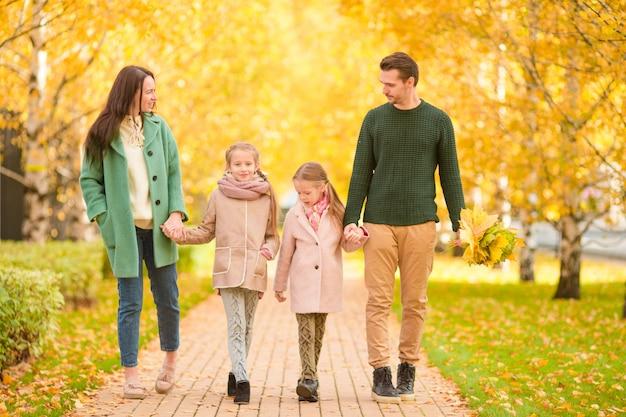 Famiglia nel parco di autunno in autunno