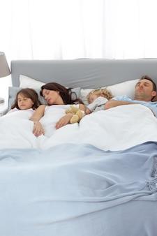 Famiglia pacifica che dorme insieme