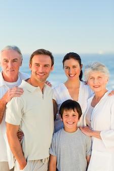 Famiglia radiosa in spiaggia