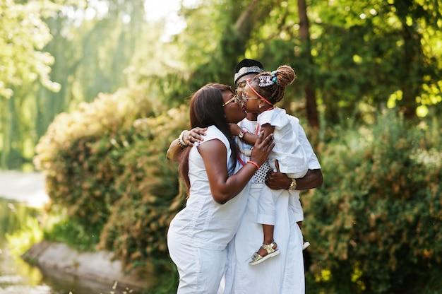 Famiglia ricca dell'afroamericano a vestiti nazionali nigeriani bianchi