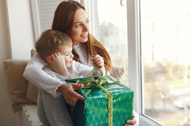 Famiglia seduta a casa con regali