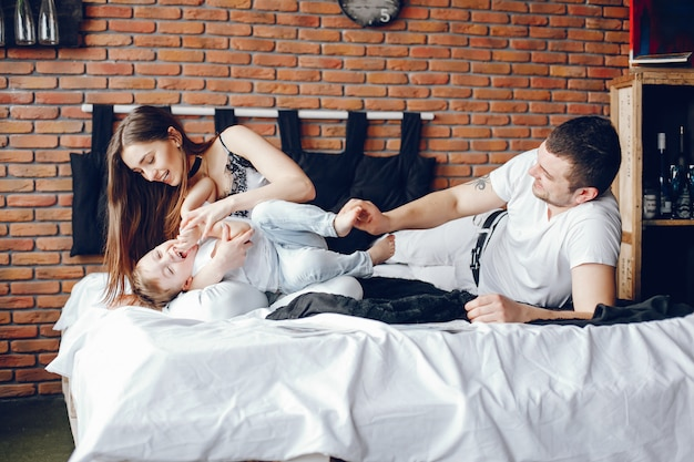 Famiglia seduta in un letto