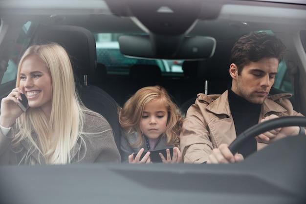 Famiglia seduto in macchina