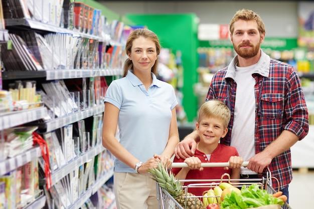 Famiglia shopping al supermercato