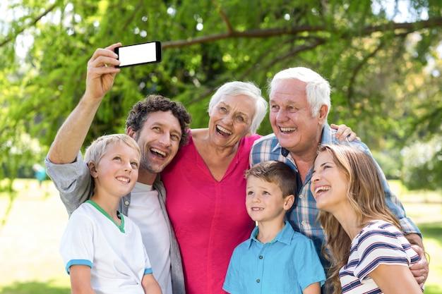 Famiglia sorridente che prende selfie