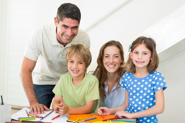 Famiglia sorridente colorare a casa