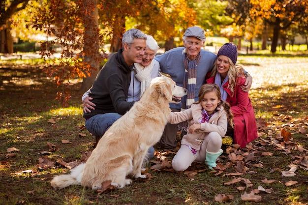 Famiglia sorridente con il loro cane